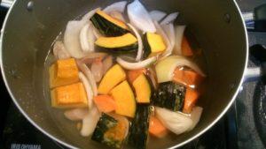 カット野菜を鍋に投入